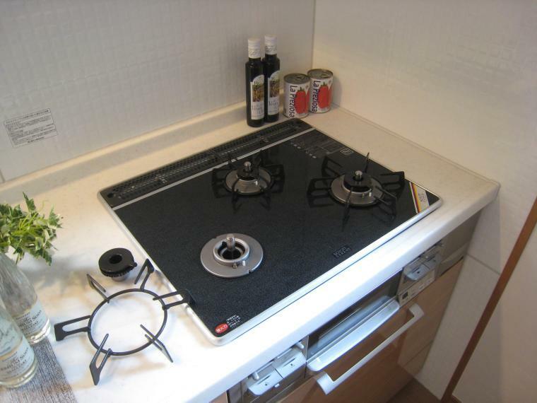 キッチン ガス台は便利な3口、ガラストップでお掃除もサッとひとふき。