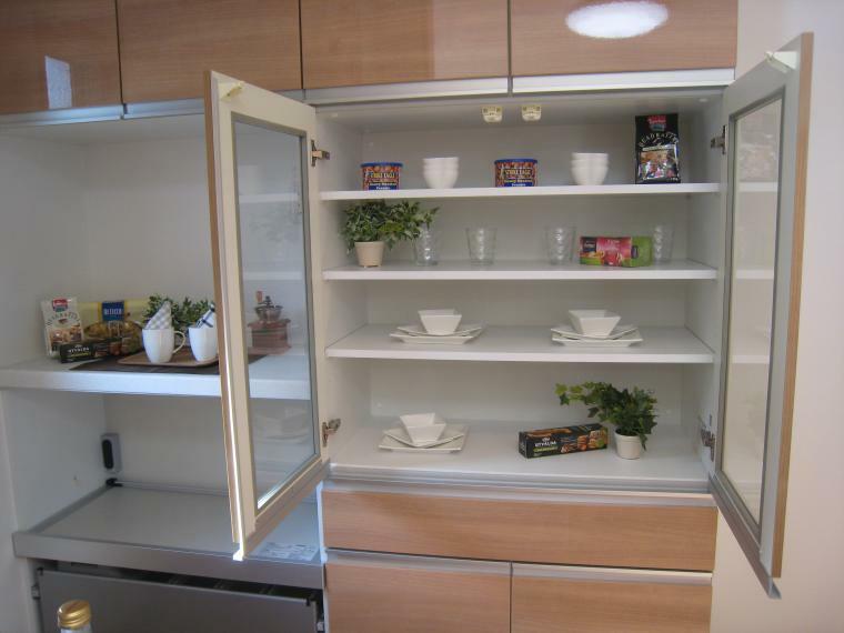 キッチン 【施工例】キッチン背面には、造り付けの多機能型カップボードをセットでご用意しております。食器はもちろん炊飯器やオーブンレンジもこれ一台でこれでOK!造り付けですので、地震の時も安心です。耐震フックで扉も開きませんので、大切な食器も守ります。