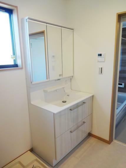 洗面化粧台 【施工例】洗面化粧台は90cmの横広タイプ。3面鏡にシャワーヘッド、LED照明と機能も充実です。