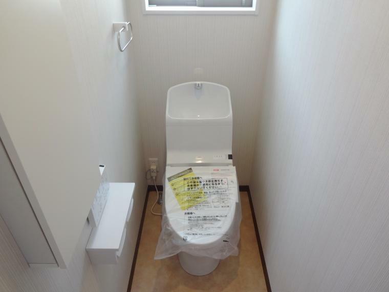 トイレ 【施工例】トイレは1階・2階共ウォシュレット機能付きです。タオルリング、Wペーパー、便利なサニタリー収納もついております。