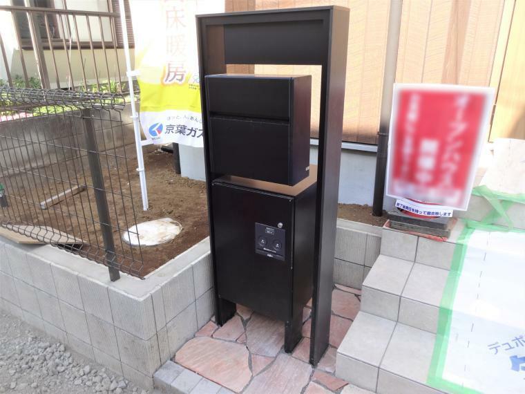 玄関 玄関ポストには不在の際も荷物の受け取りができる宅配機能付きポストが標準仕様です。