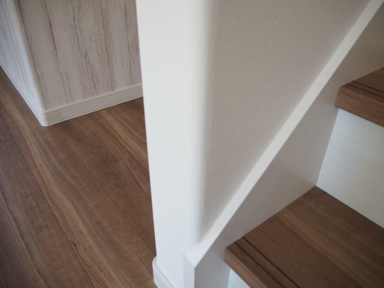 フジイエのお住いは、壁のコーナー部分を滑らかな丸みのあるデザインにすることで、住空間に柔らかい雰囲気を醸し出します。また万が一ぶつかったときなどの衝撃を和らげ、安全・安心に配慮した室内空間ができます。