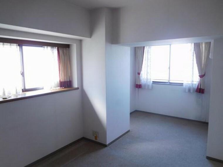 角に配した個室感ある洋室です