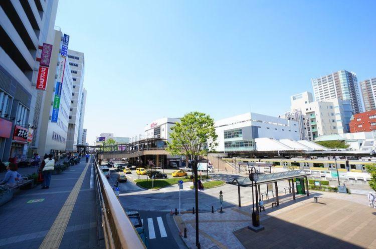 三鷹駅(JR 中央本線) 徒歩20分。中央線快速電車が特別快速や特急と接続する主要駅。総武線各駅停車と東京メトロ東西線の始発駅でもある。買物施設が多く、また多方面へのバス便があり、夜遅くまで人通りが…