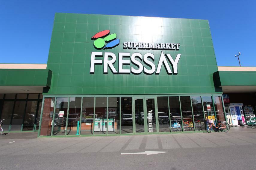スーパー フレッセイ通町店 旧50号線にあるスーパー、北側に面する北仲通りにはたくさんの飲食店があります