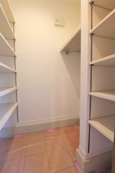 《充実の収納》収納が充実しているからこそインテリアもこだわれますね。この物件は各収納スペースが十分な広さなので、とても便利なんです!ご家族だとついつい増えがちな物も、整理整頓できますね。