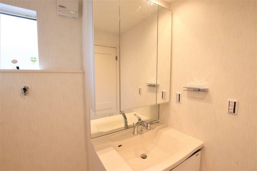 脱衣場 《洗面所》ボール一体型カウンター仕様の洗面所です!白を基調としたシンプルながらも清潔感のある洗面所です。引き出しなどの収納スペースも十分にあります!毎日の身だしなみチェックにぴったりですね。