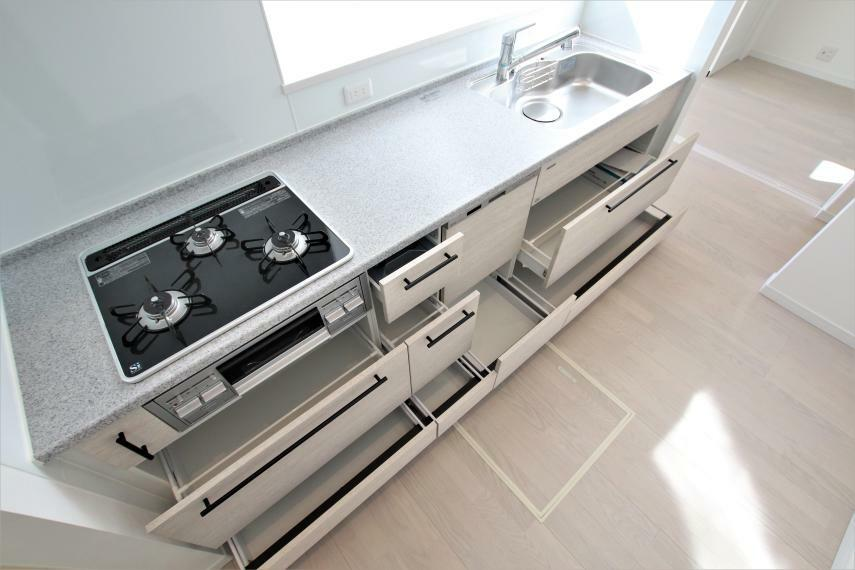 キッチン 《キッチン》人造大理石を用いたキッチンです!調理スペースが広く便利ですね。収納も多くママさんには嬉しいキッチンですね。高品質ホーローキッチンパネル、ガラストッププレート仕様です(^^)