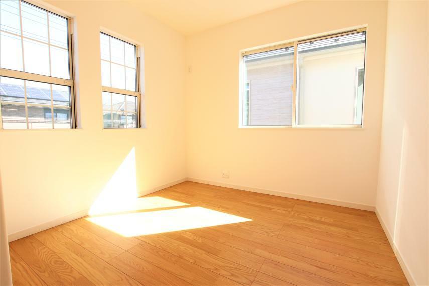 洋室 《リビング以外の居室》全体的に日当たりがよく、デザインもとても温かみのあるナチュラルな仕様ですので使い勝手もいいです!吹き抜けや天井が高い開放感、差し込み温かい光、魅力がたくさん詰まった物件です。