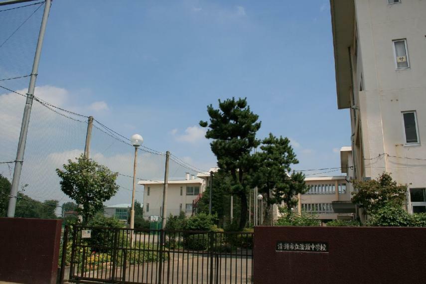 中学校 <清瀬中学校>清瀬市役所の向かい側にある中学校。文化部、運動部ともに放課後は部活動が活発に行われ賑やかです。