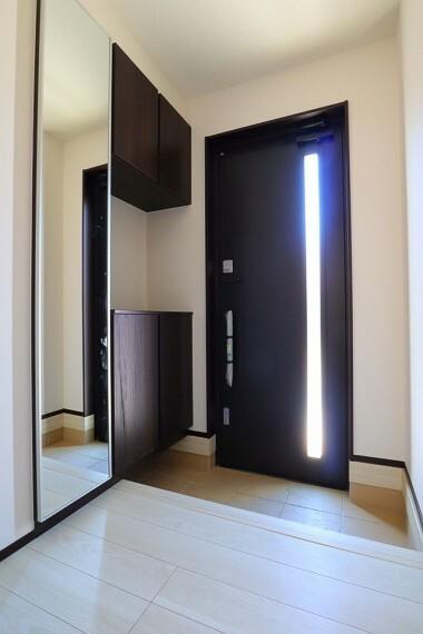 玄関 玄関  収納力十分のシューズボックスス付き  スッキリとした玄関でお客様をお迎えできますね