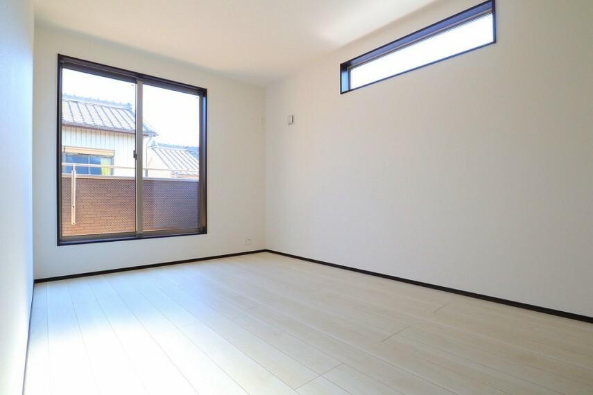 洋室 洋室 2面採光のお部屋は明るく風通しも良いです  収納スペース充実