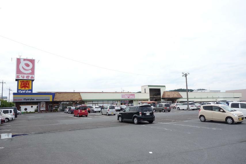 スーパー とりせん助戸店 ドラッグストアと美容室も入っているスーパー、ホームセンターと本屋も隣接しています