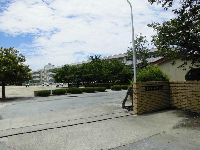 中学校 足利市立山辺中学校 商業施設の多い地域の中学校です