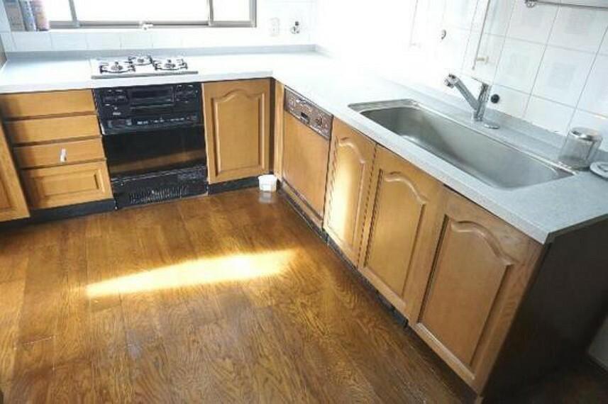 キッチン 広々としたL字キッチン。3口コンロなので、料理の幅が広がりそう。
