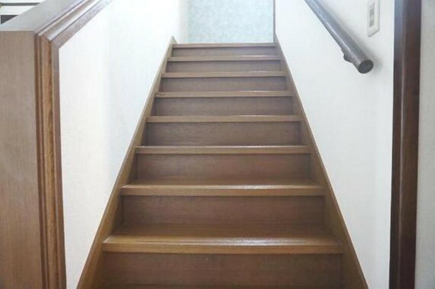 階段は手すり付きなので、お子様やお年寄りでもスムーズに上り下りができますね。