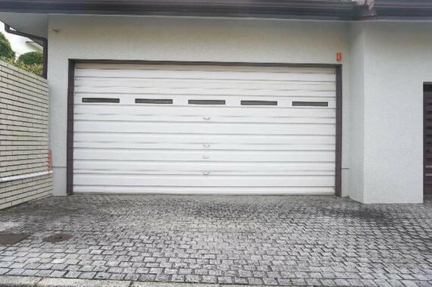駐車場 ビルドガレージなので、愛車を雨風から守れますね。