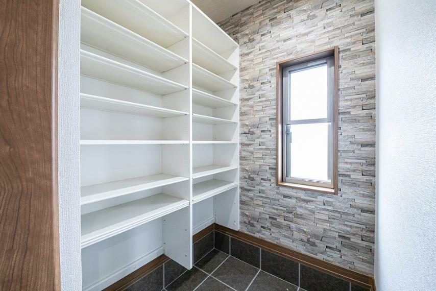 玄関 玄関には大容量のシューズクロークを設置。ベビーカーや外用遊具等も室内へ持ち込まず保管が可能です。