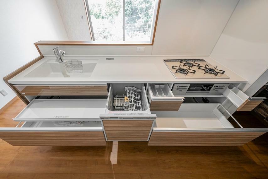 キッチン 食洗機を搭載した対面式キッチン。キッチン横にはパントリーがあり、日々のお料理が楽しくなる空間です。