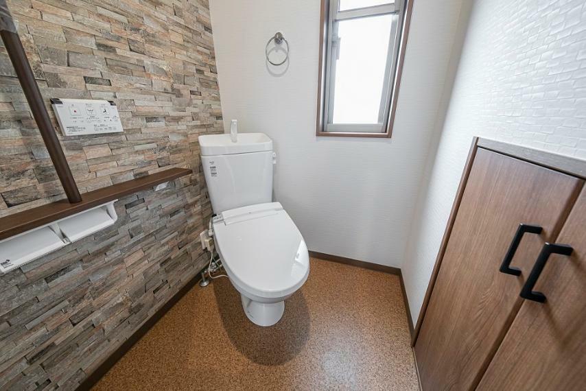 トイレ アズマハウスのライフフィールドシリーズはトイレの内装にも手を抜きません。温水洗浄便座・手摺付きです。