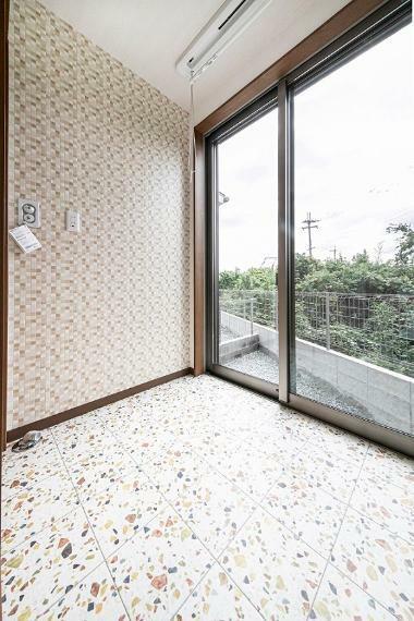 ランドリースペース 洗面室横のランドリー室は窓から自然光が差し込みます!日当たり良好で室内干しの際も乾きが早そうですね。