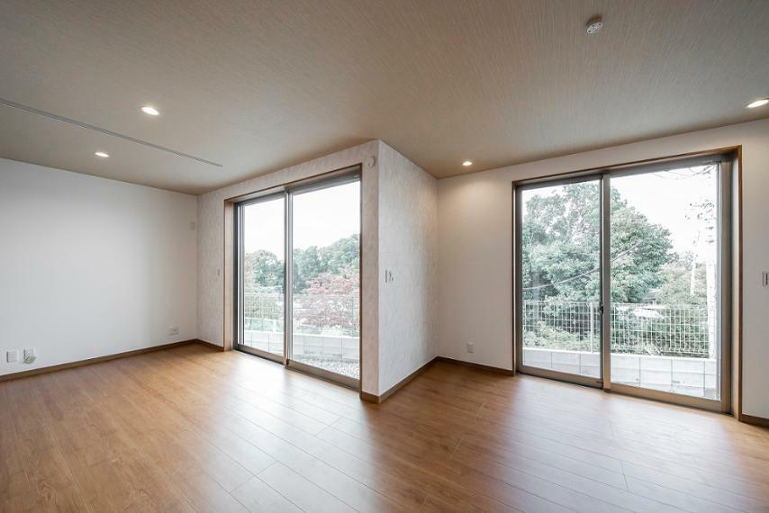 居間・リビング LDKに大きな窓が2面設置されているので、温かな陽がたっぷり入る明るいリビングです!