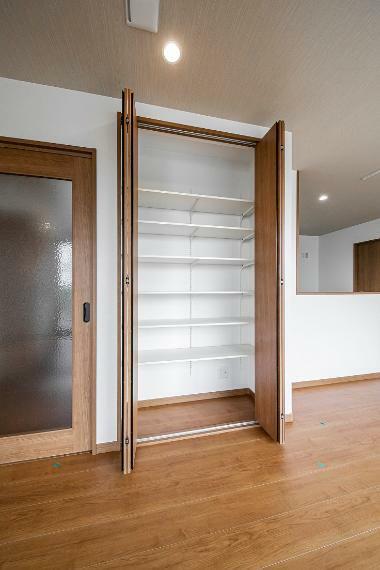 収納 リビングにも収納が設置されているので、文房具など小物の収納にも困りません。
