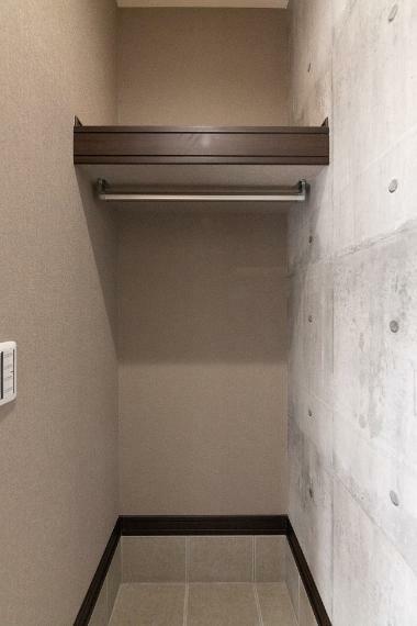 同仕様写真(内観) アウターや鞄も収納できるエノーク!玄関でアウターを仕舞えれば、菌を室内へ持ち込むリスクも軽減。
