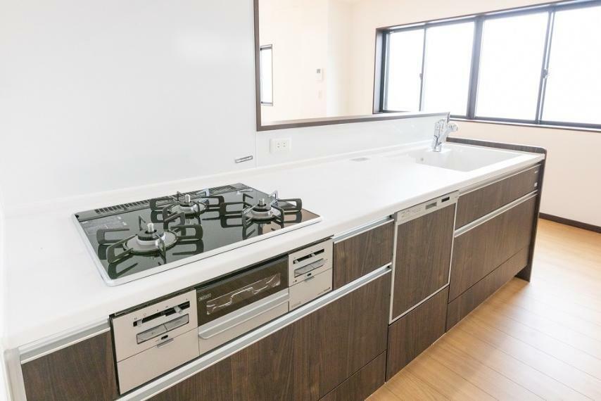 同仕様写真(内観) キッチンは対面式を採用しているため、調理や後片付けの最中もリビングの様子を見守ることが可能です。