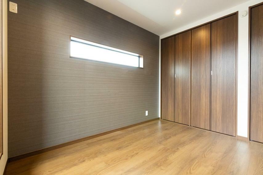 同仕様写真(内観) 約7帖の主寝室には収納を2つ配しております。ご夫婦でしっかり収納スペースを分けられますよ。