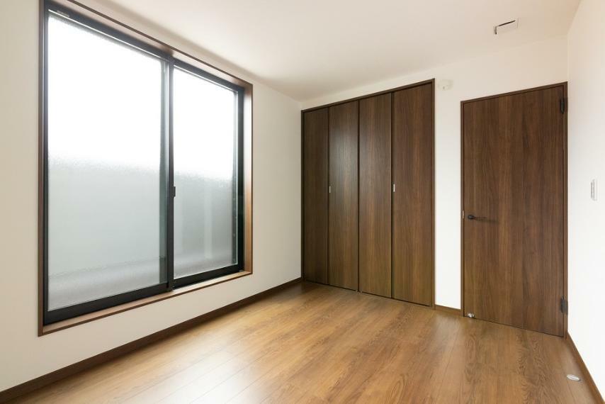 同仕様写真(内観) 埋め込みクローゼットにつき、室内にデットスペースが生まれず住空間を広々とご使用いただけます。