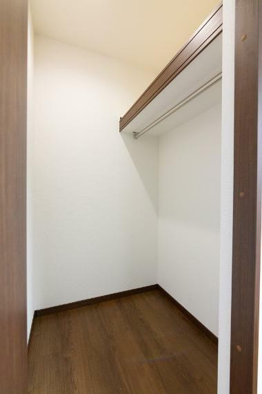 同仕様写真(内観) 約6帖の洋室には奥行きのある収納がございます。スーツケースやゴルフバックも綺麗に片付きます。
