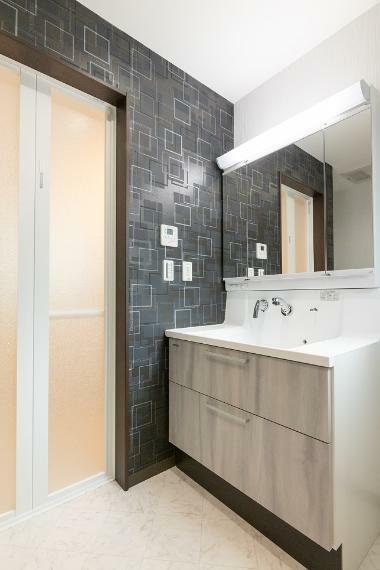 同仕様写真(内観) 洗面化粧台は収納力のある三面鏡タイプを採用しております。どんな洗面室に仕上がるかお楽しみに…。
