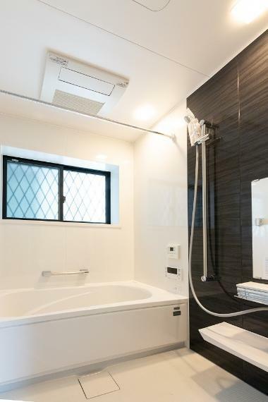 冷暖房・空調設備 【浴室乾燥機】 浴室はミストカワック付!季節やお天気に関係なく、お洗濯ものをホカホカに乾かせます。