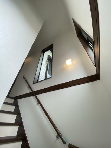 手すり付きでお子様の昇降も安全に…。階段部分にも窓を設けているため、心地よい風が舞い込みます。