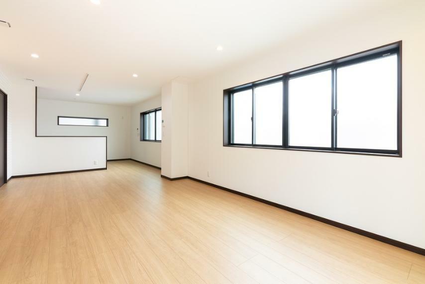 居間・リビング ゆったりとした約22.5帖のゆとりあるLDK。3方に窓があり、通風・開放感良好な空間となりました。