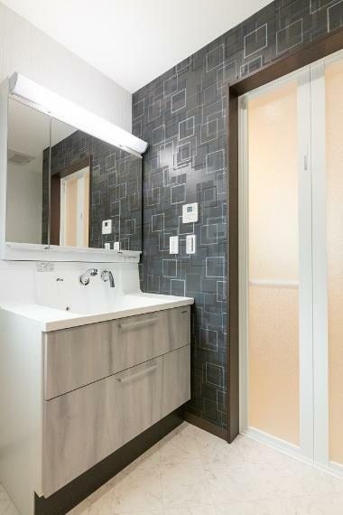 洗面化粧台 収納力のある三面鏡化粧台を採用。背面には可動棚付収納を設置し、洗面周りを綺麗に保てる設備・仕様です。
