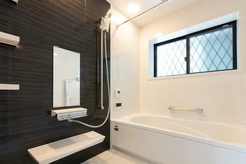 浴室 手すり・浴槽内の段差があり、浴槽への出入りも安心。1坪タイプなのでお子様とゆっくりご入浴可能です!