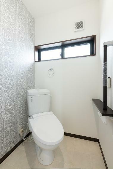 トイレ デザイン性のあるアクセントクロスで可愛らしく仕上がったお手洗い。温水洗浄便座を設置しております。