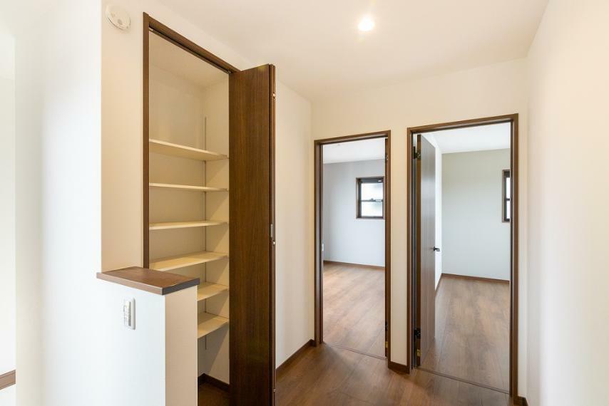 2階廊下ホールにも収納がございます。置く場所に困る掃除用具や洗濯用品を仕舞う場としても重宝します。