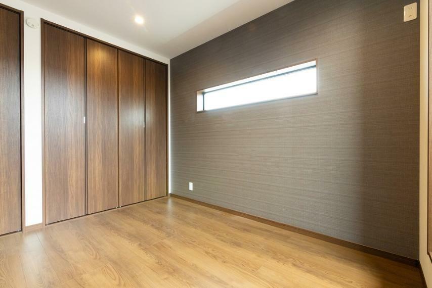 寝室 主寝室には2つのクローゼットがございます。中央に仕切りを配し、寝床・趣味スペースを分けて活用可能に。