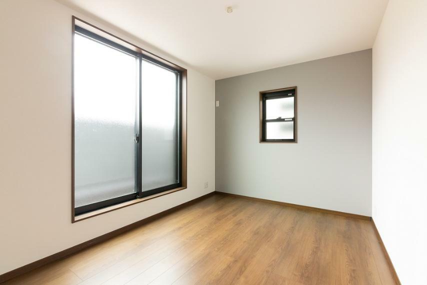 洋室 各洋室6帖以上の広さを確保しました。こちらのお部屋は南西向きバルコニーに面し、日当たり良好です!