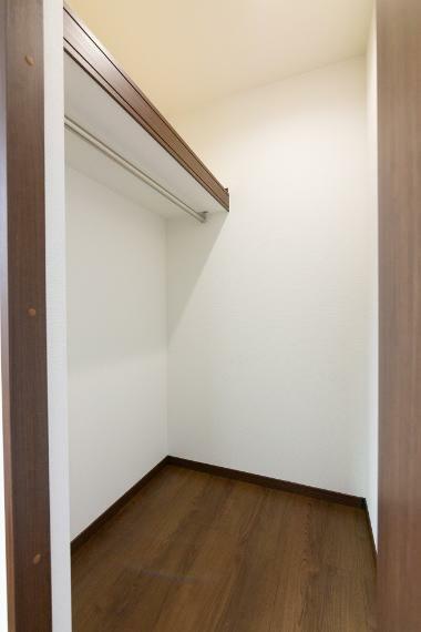 ウォークインクローゼット 洋室1室にWICをご用意しております。お洋服を綺麗に整頓出来るのはもちろん、大きな物も片付きます。