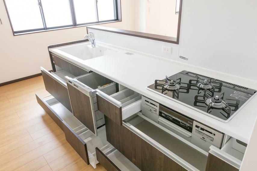 キッチン 食後の食器洗いは食洗機におまかせ。家族団らんの時間が増え、お子さまも喜びますね。