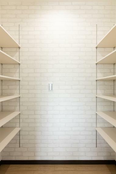 収納 キッチンには大容量のパントリーを設置。ストック食材以外にもキッチン用品など何でも収納でき、とっても便利です。