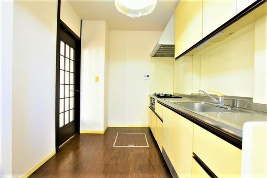 キッチン ゆとりのキッチンスペースです~背面にも出入り出来る扉を設け2ウェイの動線が良い設計になっております。