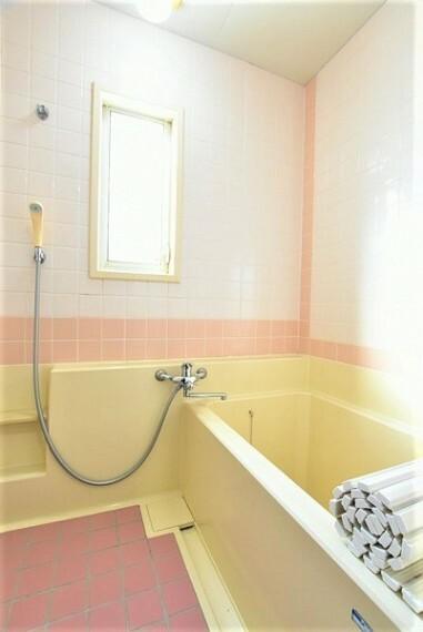 浴室 半身浴を楽しめそうなゆったりサイズのバスタブ。空気が籠らない様に小窓も設置しております。
