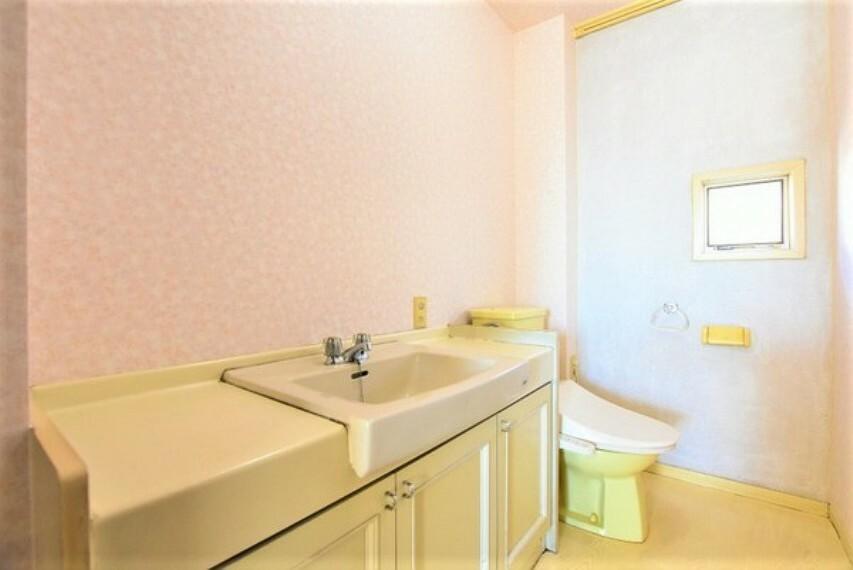 トイレ 1階、2階にトイレがあり忙しい朝も何かと便利です。手元で操作ができるウォシュレット付です。2階のお手洗いには大型の収納付洗面ボウルがあります