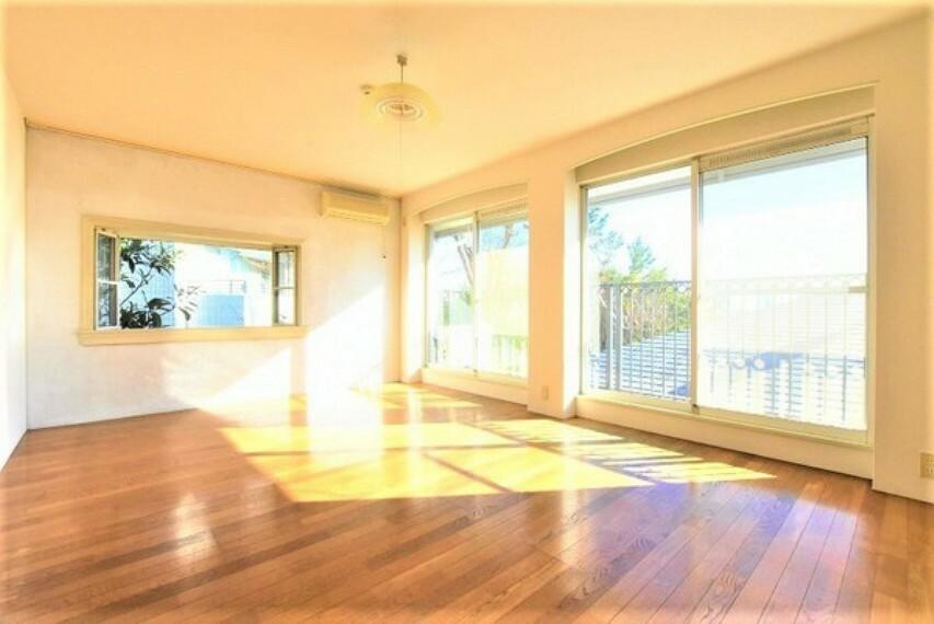 洋室 大きな窓からたっぷりの日差しが降り注ぐ明るい室内です。気持ちの良い朝日を受けて、目覚めの良い健康的な朝を迎えられそうです。
