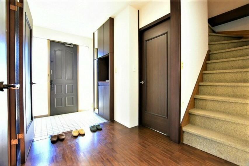 玄関 シューズボックス付の玄関。玄関廻りをスッキリ使えそう。広々とした玄関でお客様をお迎えできます。お出かけ前の身だしなみチェックもできる姿見付です。